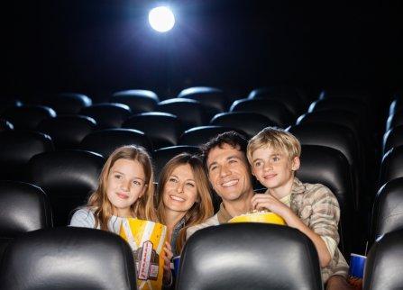 Une famille regarde un film
