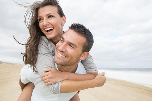 Un couple à la plage