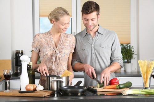 Un couple cuisine ensemble
