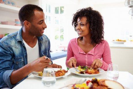 Un couple en train de déjeuner