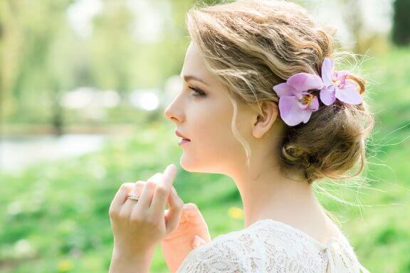 Coiffures avec des fleurs pour les mariées