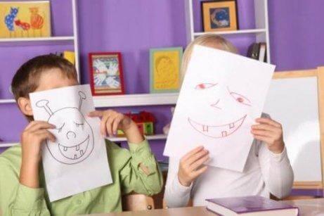 Deux enfants dessinent