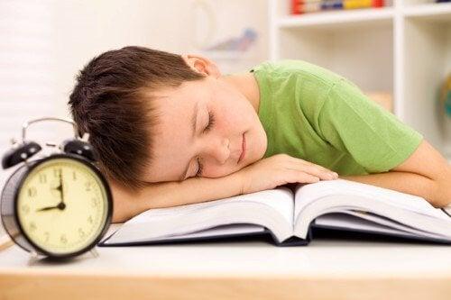 Les devoirs scolaires pendant l'été entraînent une démotivation à étudier et un isolement avec les autres.