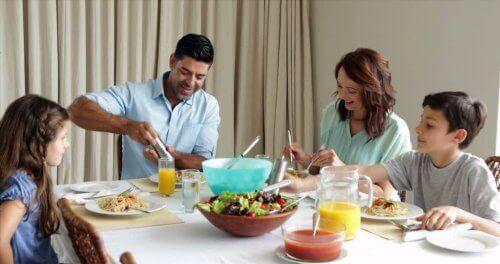 Les repas en famille aident les plus petits de la maison à développer leur manière de s'exprimer.
