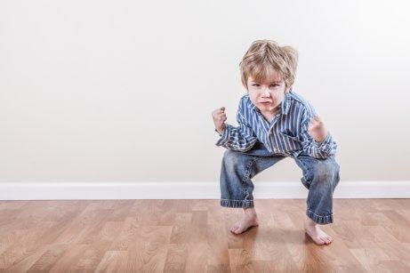 Un enfant accroupi