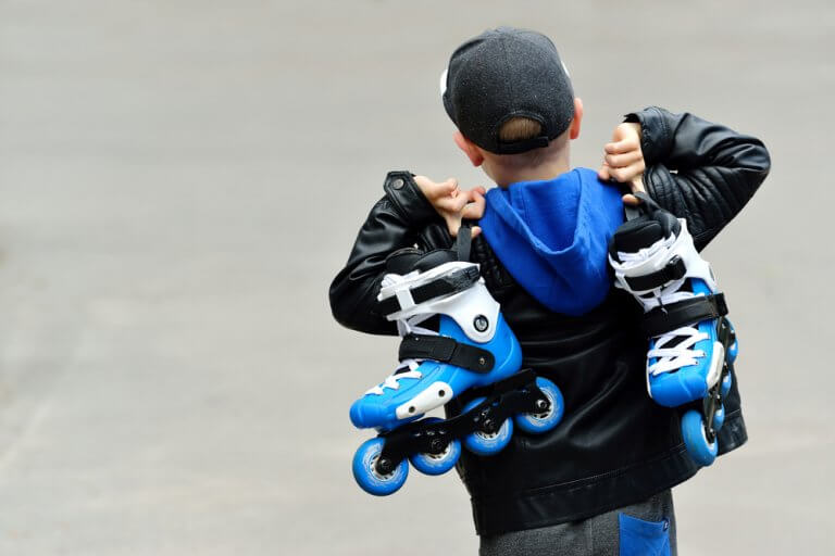 Enfant avec des patins