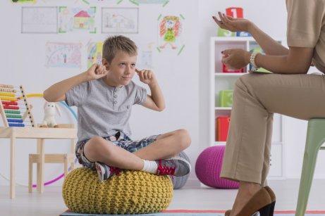 Un enfant fait la sourde oreille