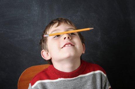 Un enfant avec un crayon sur le nez
