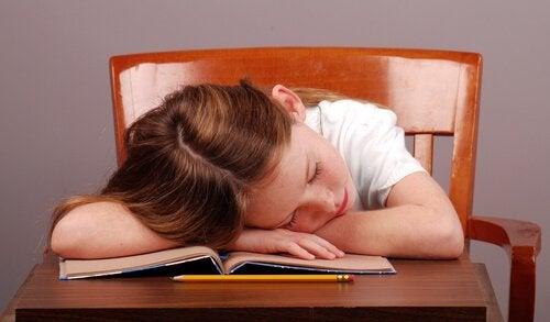 La narcolepsie chez les enfants est une condition de somnolence excessive qui peut affecter de manière significative tous les aspects de la vie.