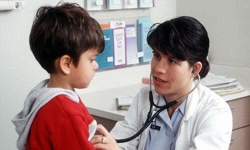 La visite annuelle chez le pédiatre permet d'observer et d'évaluer la santé et le développement de l'enfant.