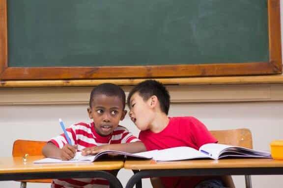 Que faire quand un enfant parle trop en classe ?