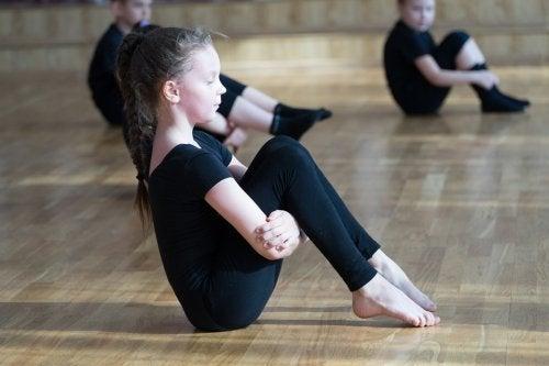 La danse est un apprentissage idéal pour travailler la souplesse physique chez les enfants.