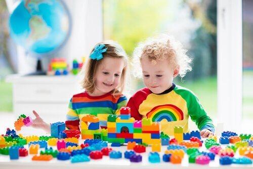 Les jeux de construction dans les salles de classe sont toujours bien accueillis par les enfants de tout âge.