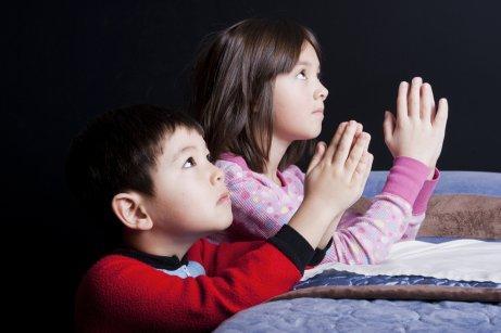 Deux enfants prient