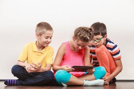 Des enfants en train d'utiliser une tablette