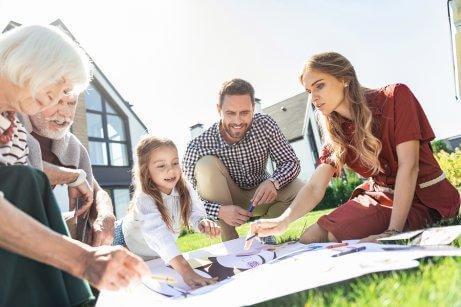 Une famille fait son arbre généalogique