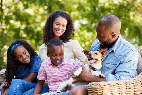 Une famille passe un moment ensemble