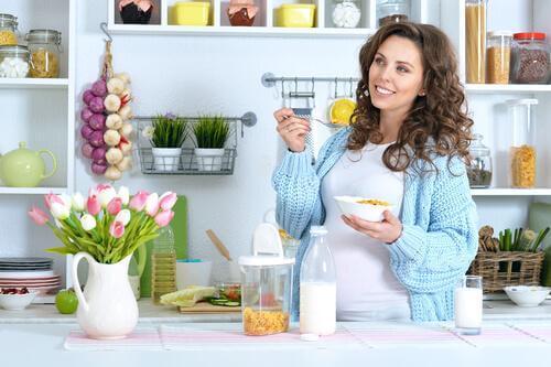 Une femme enceinte petit-déjeune