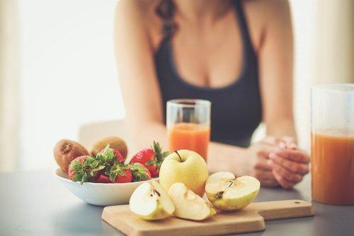 Une femme enceinte mange équilibré