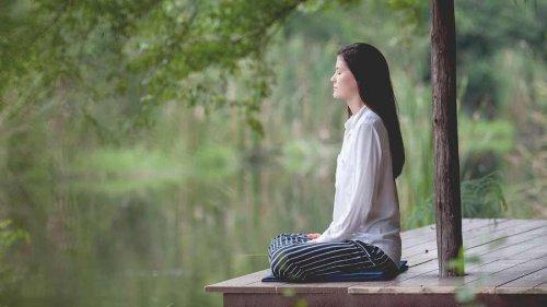 Une femme qui pratique la relaxation