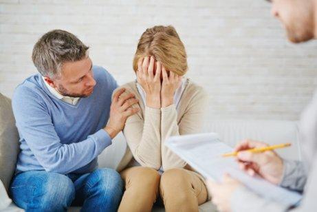 Un homme tente de consoler sa femme
