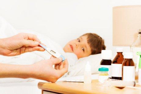 Un enfant au lit à cause de la fièvre