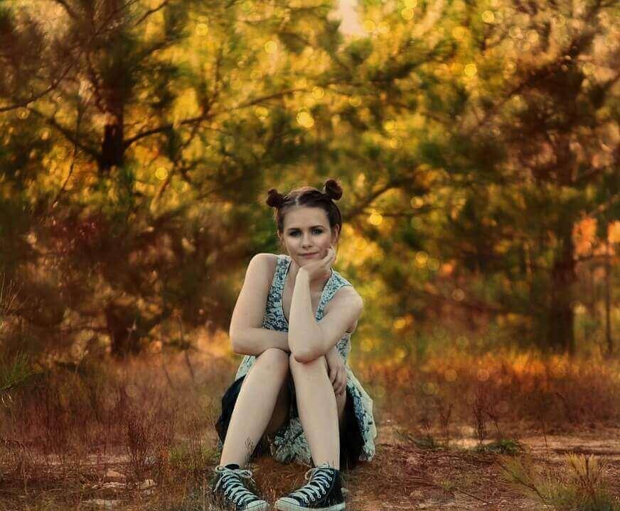 Jeune fille dans la forêt