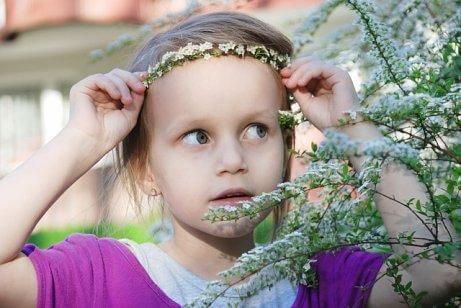 Une fille avec une couronne de fleurs