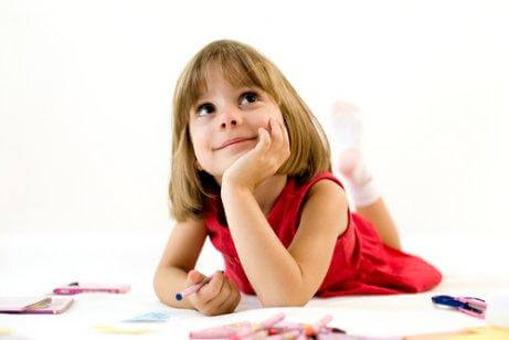 Une fille est pensive