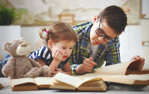 La meilleure recette pour parvenir à une bonne relation entre frères et soeurs à l'adolescence commence dès la naissance.