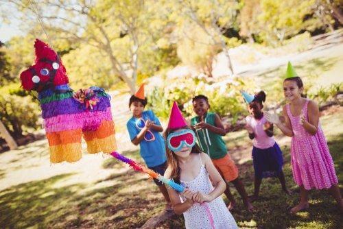 Les enfants s'amusent pendant un goûter d'anniversaire