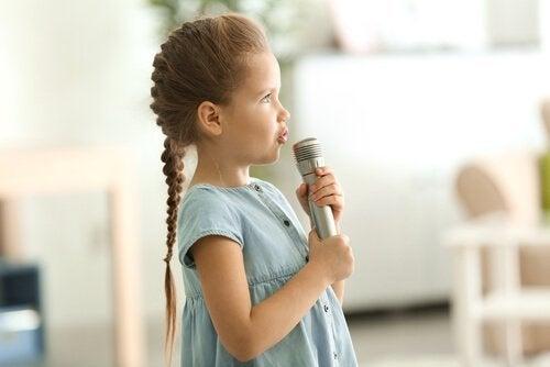 L'une des actions qui favorisent l'acquisition du langage chez les enfants est decommencer à communiquer avec eux dès leur plus jeune âge.