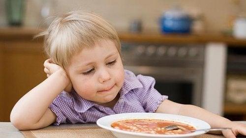La peur d'essayer de nouveaux aliments peut survenir entre l'âge de 2 et 7 ans.