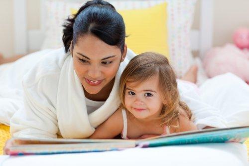 Une mère et sa fille lisent un conte