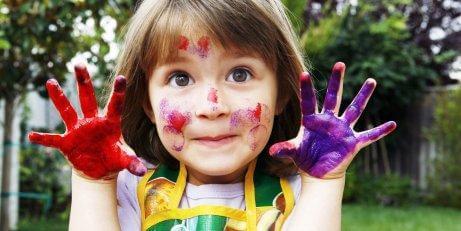 Une fille peint avec ses mains