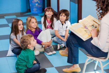 Une maîtresse lit un conte à ses élèves