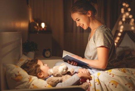 Une mère lit un conte le soir à sa fille