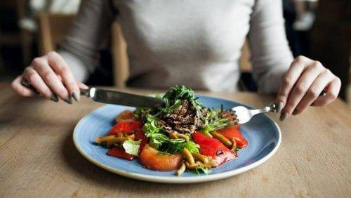 une femme mange une salade