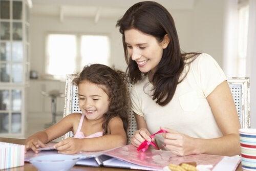 Enlever les taches de colle sur les meubles après un bricolage.