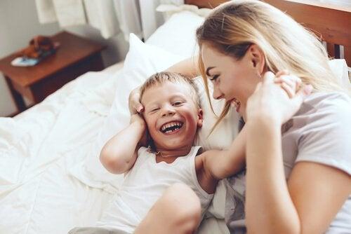 Jouer avec les enfants est bénéfique aussi bien pour les enfants que pour les parents.