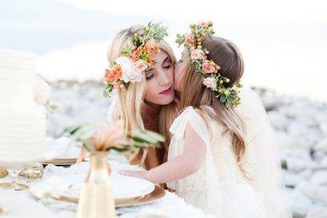 Une mère et sa fille qui portent une couronne de fleurs