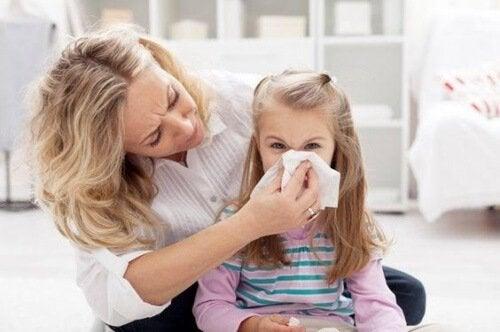 Si un enfant est allergique à la poussière, il est important de savoir qu'il s'agit d'une réaction produite par les acariens.