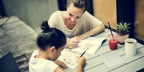 Une mère aide sa fille à faire ses devoirs