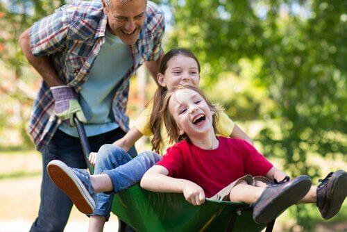Il est très important pour les parents de jouer avec les enfants.