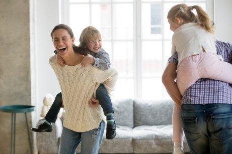 Des parents jouent avec leurs enfants