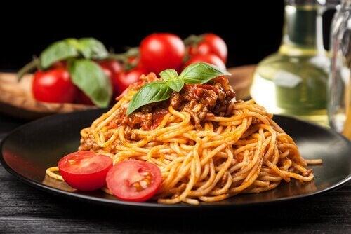 Cuisiner avec des pâtes : recette à la tomate.