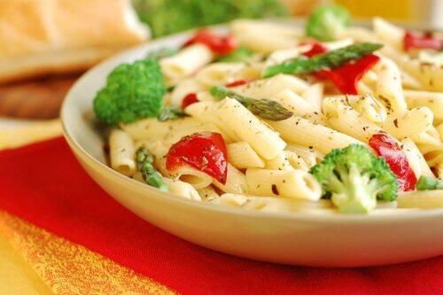 Cuisiner avec des pâtes : recette avec des légumes.