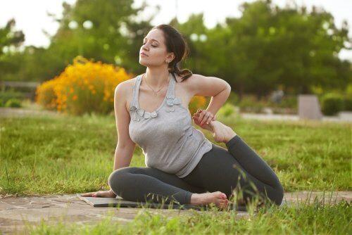 La position du cobra est l'une des postures de yoga les plus recommandées pour augmenter la fertilité.