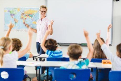 Une professeure en classe avec ses élèves