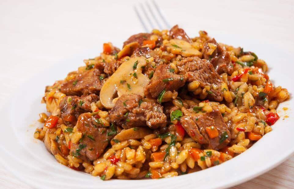 Le riz à la viande fait partie des recettes riches en iode pour la grossesse.